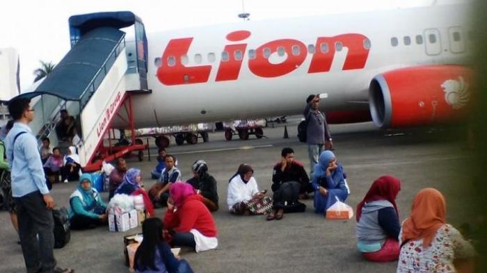 Penumpang menunggu pesawat Lion Air yang delay.