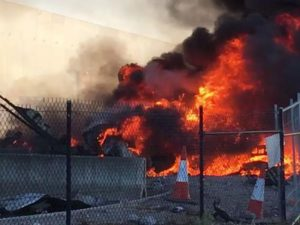Api yang membubung tinggi pada Pusat perbelanjaan yang dihantam pesawat / Gambar: Jordan Fouracre/Sumber:Facebook