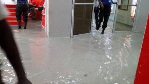 Area Bandara yang digenangi air banjir/ foto: NBC 6